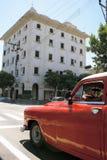 Estrada a Havana - carro velho do temporizador imagens de stock royalty free