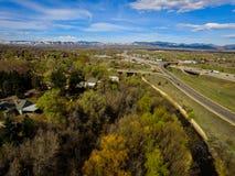 Estrada I70, Arvada, Colorado com montanhas Fotos de Stock