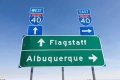 A estrada I-40 de um estado a outro dos E.U. assina dentro o Arizona Fotos de Stock Royalty Free
