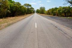 Estrada infinita com céu azul Fotografia de Stock