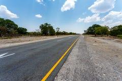 Estrada infinita com céu azul Fotografia de Stock Royalty Free