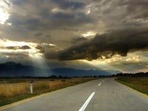 Estrada infinita na natureza bonita Fotos de Stock Royalty Free