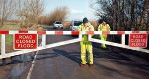 Estrada inundada fechada Porta de inundação fechado pelo conselho Fotografia de Stock Royalty Free