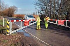 Estrada inundada fechada Porta de inundação fechado pelo conselho Fotos de Stock Royalty Free