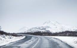 Estrada islandêsa coberta com a neve, paisagem rural Foto de Stock
