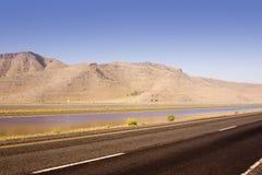 Estrada, lagoa e a montanha Imagem de Stock Royalty Free