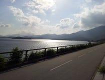 Estrada lateral de mar do dia ensolarado Foto de Stock