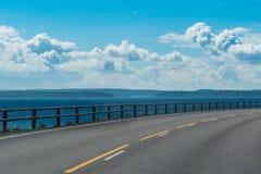 Estrada litoral ao longo da baía finlandesa na região de Lahti Foto de Stock