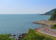 Estrada litoral ao longo da paisagem tropical do mar em Chanthaburi, Tailândia Foto de Stock Royalty Free