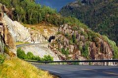 Estrada litoral ao longo de Erfjorden, condado de Rogaland, Noruega imagens de stock royalty free