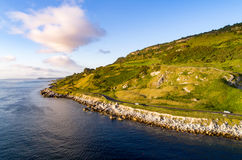 Estrada litoral de Antrim em Irlanda do Norte, Reino Unido foto de stock royalty free