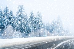 Estrada mágica do inverno, árvores cobertos de neve e neve de queda fotos de stock royalty free