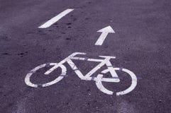 Estrada marcada da bicicleta no parque Fundo foto de stock