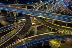 Estrada moderna do tráfego de cidade na noite Junção do transporte Fotografia de Stock Royalty Free