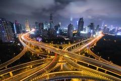 Estrada moderna do tráfego de cidade na noite Junção do transporte Fotografia de Stock