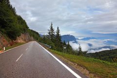 Estrada molhada nas nuvens de cumulus suíças, baixas Fotos de Stock Royalty Free