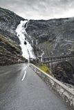 Estrada molhada perigosa Fotos de Stock