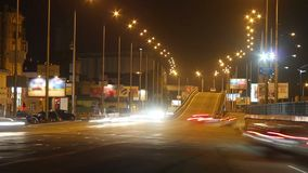 Estrada movente da cidade da estrada da noite dos veículos dos drivings dos carros do lapso de tempo vídeos de arquivo