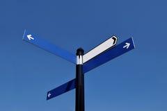 A estrada não-escrito assina dentro o dia ensolarado no céu azul Fotos de Stock Royalty Free