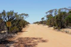 Estrada não lacrada do verão somente no Outbackd australiano fotografia de stock royalty free