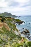 Estrada não 1 perto de Carmel, litoral com paisagem rochosa fotos de stock