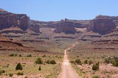 Estrada na estrada da fuga de Shafer do parque nacional de Canyonlands, Moab Utá EUA Imagem de Stock Royalty Free
