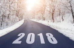 Estrada na floresta no inverno com texto 2018 Imagem de Stock