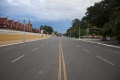 Estrada na frente de Royal Palace em Pnom Penh Fotos de Stock Royalty Free