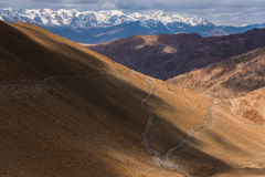 Estrada na montanha com céu das nuvens, Leh Ladakh Fotos de Stock Royalty Free
