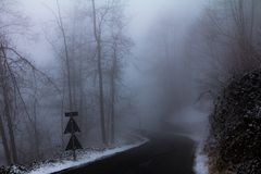 Estrada na névoa Fotos de Stock