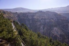 Estrada na névoa da montanha acima do vale de Lebanons Qadisha Paisagem de Líbano imagens de stock