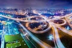 Estrada na noite na cidade moderna Ideia aérea da arquitetura da cidade Fotografia de Stock Royalty Free