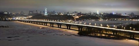 Estrada na noite na cidade moderna Ideia aérea da arquitetura da cidade Foto de Stock