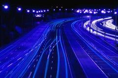 Estrada na noite no azul fotografia de stock royalty free