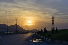 Estrada na noite para encontrar o por do sol Fotografia de Stock Royalty Free