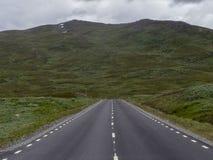 Estrada na paisagem da montanha na Suécia norte fotos de stock royalty free