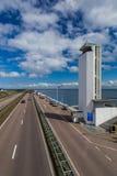 Estrada na represa de Afsluitdijk em Países Baixos foto de stock