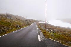 Estrada nacional 55 Sognefjellsvegen no tempo enevoado, Norw do turista Fotografia de Stock Royalty Free
