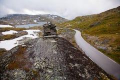 Estrada nacional 55 Sognefjellsvegen no tempo enevoado, Norw do turista Fotos de Stock