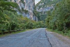 A estrada nas montanhas Imagens de Stock