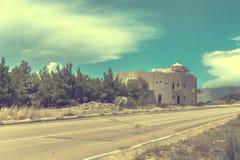 A estrada nas montanhas aproxima a construção Foto de Stock Royalty Free