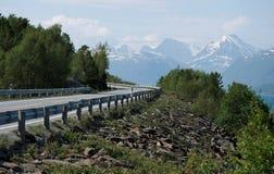Estrada nas montanhas de Noruega Imagem de Stock Royalty Free