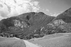 Estrada nas montanhas em Flam, Noruega Estrada secundária na paisagem da montanha Beleza da natureza Caminhada e acampamento Viag fotos de stock