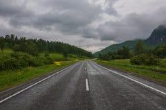 A estrada nas montanhas em um dia nebuloso Fotos de Stock Royalty Free
