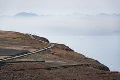 Estrada nas montanhas, vista de Mirador del Rio, Lanzarote, Espanha Fotografia de Stock Royalty Free