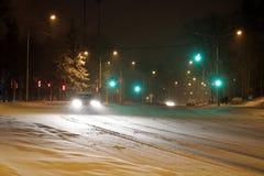 Estrada nevado do inverno com condução de carros na estrada na tempestade da neve foto de stock