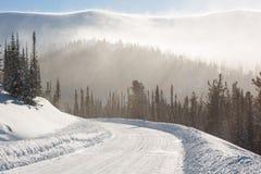 Estrada nevado do inverno durante o blizzard em Rússia Tempestade das nevadas fortes fotografia de stock royalty free
