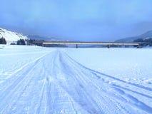 Estrada nevado do inverno no rio do gelo Imagem de Stock