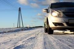 Estrada nevado na vila Fotos de Stock Royalty Free