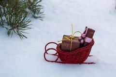Estrada nevado Santa às crianças felizes e alegres fotos de stock
